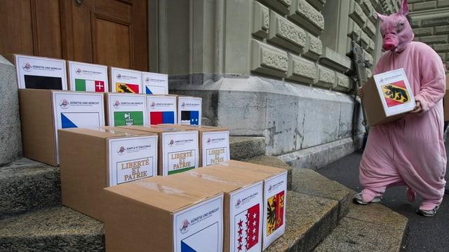 Kartons mit Unterschriftenbögen stehen vor dem Bundeshaus.