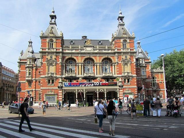 Fassade eines Theaters in Amsterdam.