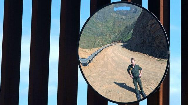 US-Polizist bewacht den Zaun an der Grenze zu Mexiko.
