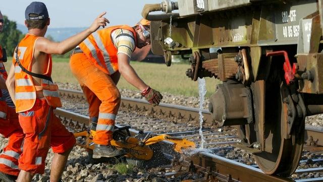 SBB-Mitarbeiter kühlen Gleise mit Wasser ab.