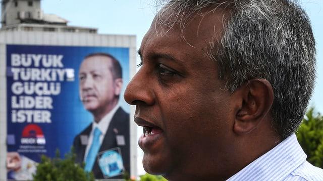Salil Shetty, Generalsekretär von Amnesty International, vor einem Erdogan-Plakat.