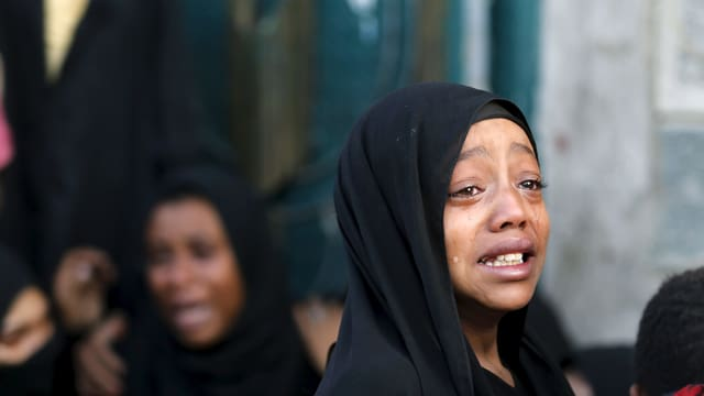 Mädchen in Jemen weint