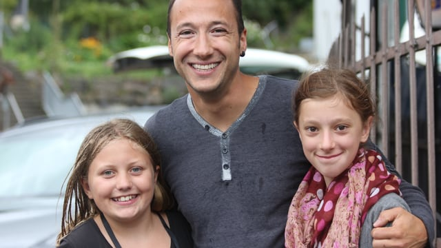 Ritschi in der Mitte mit zwei Mädchen an seiner Seite.