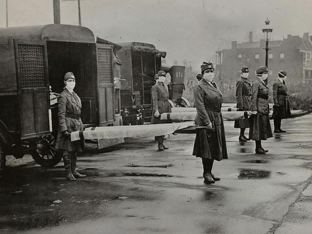 Krankenschwestern mit Bahren während der Spanischen Grippe 1918 in St. Louis (Missouri)