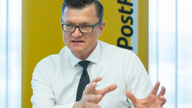 Postfinance-Chef Hansruedi Köng gestikuliert.