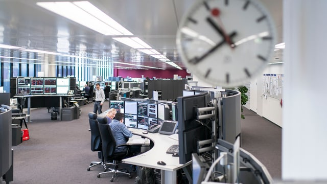 Blick in die Betriebsleitzentrale Ost mit zahlreichen Arbeitspläzten mit PC.