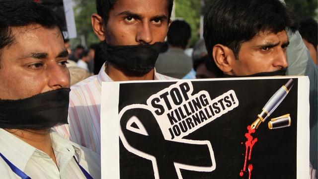 Journalisten demonstrieren für mehr Rechte.