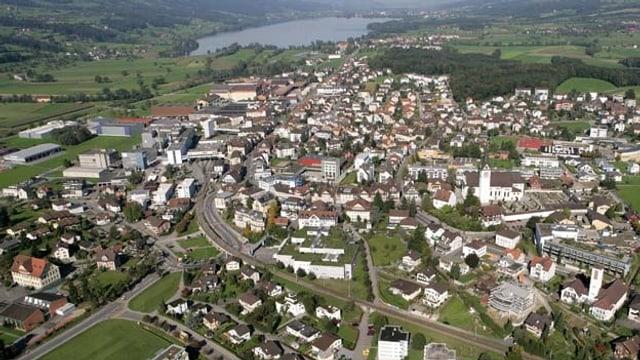Blick aus der Vogelperspektive auf das Dorf Hochdorf mit dem Bladeggersee im Hintergrund.