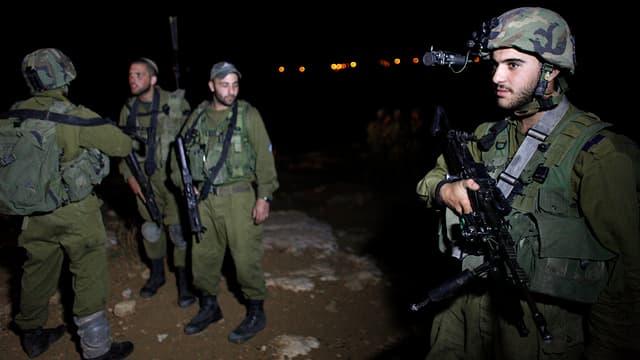 Drei stehende Soldaten mit Gewehr im Anschlag.