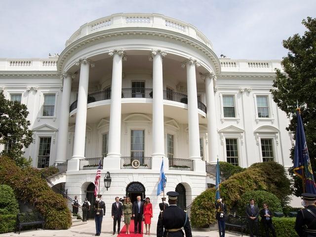 Das Ehepaar Trump und das argentinische Präsidentenpaar stehen vor dem Weissen Haus.
