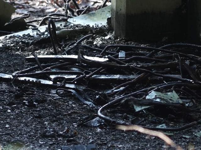 Verbrannte Kabel am Boden.
