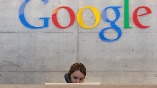Person, die unter dem Google-Logo telefoniert.
