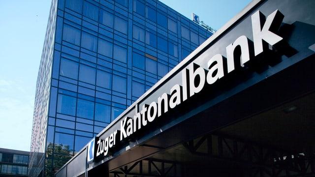 Fassade mit Schriftzug Zuger Kantonalbank.