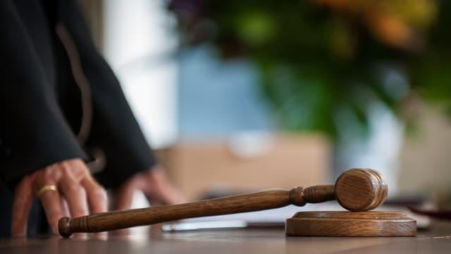 Richter steht vor einem Hammer