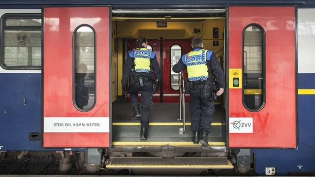 2 policits che entran en in tren.