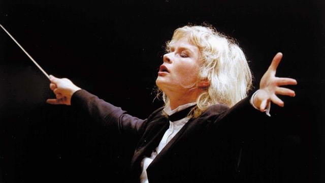Die Dirigentin Anu Tali beim Dirigieren.