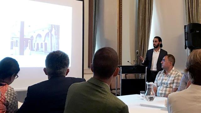 Ahmad Masri präsentiert am deutschen Konsulat in Istanbul seine Ideen zum Wiederaufbau Aleppos.