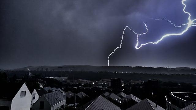 Ein Blitz schlägt in der Nähe von Münchenstein in den Boden.