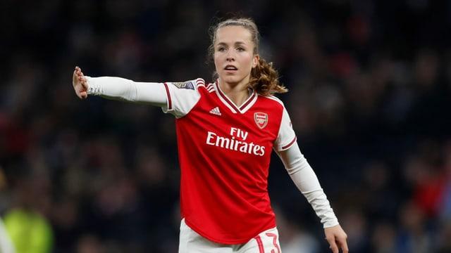 Lia Wälti im roten Arsenal-Trikot