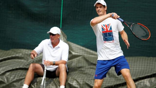 Andy Murray wird im Training von Coach Ivan Lendl beobachtet.