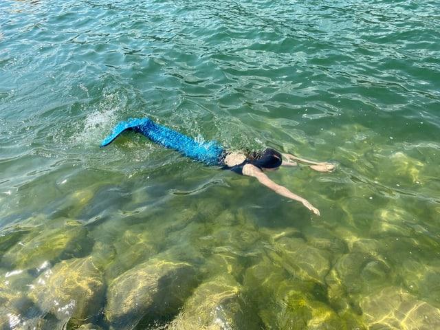 Ella als Wassernixe im Wasser.