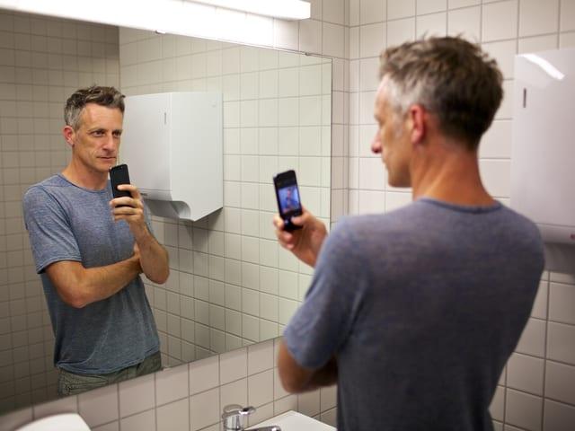 Lucius Müller schiesst ein Spiegel-Selfie auf der SRF Toilette.