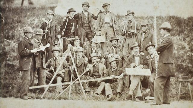 Gruppe von Männern in Anzug und Frack mit Werkzeugen.