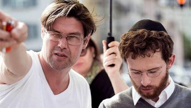 Regisseur Michael Steiner mit seinem Hauptdarsteller Joel Basman auf dem Filmset.