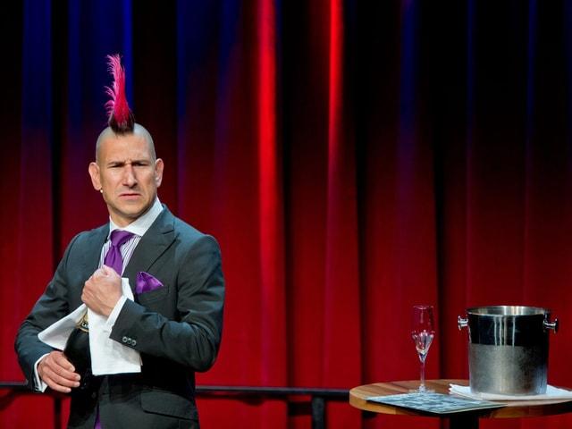 Rosa Irokese und Champagner: Andreas Thiel auf der Bühne in Nürnberg.