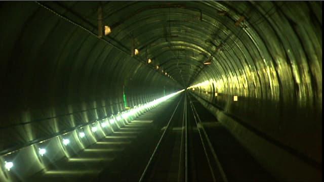 Blick aus dem Führerstand einer Lokomotive in den Gotthardbasistunnel