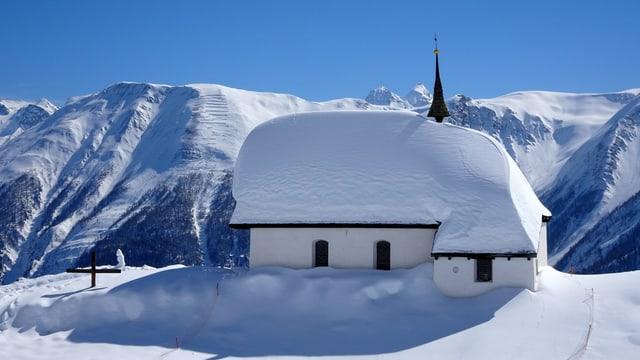 Verschneite Kirche auf der Bettmeralp.