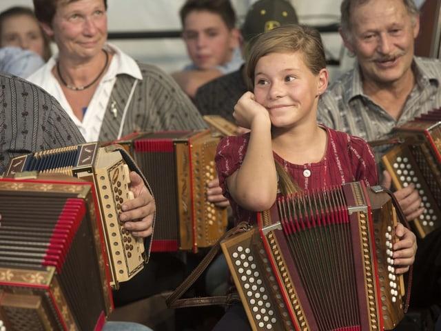 Jung und Alt beim Musizieren.