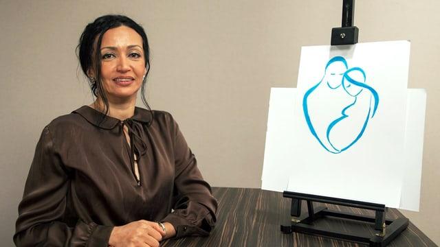 Eine Frau in einem eleganten Seidenkleid lehnt an einer Theke; darauf steht eine Tafel mit einer Zeichnung zweier Menschen.