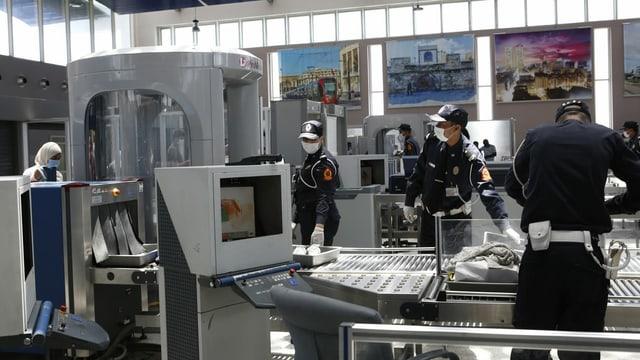 Gepäckkontrolle mit Maske am Internationalen Flughafen von Casablanca.