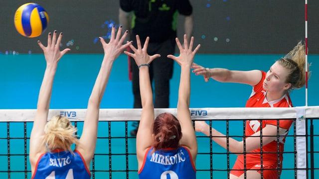 Laura Künzler, Volleyballerin von Sm'Aesch-Pfeffingen, am Netz.
