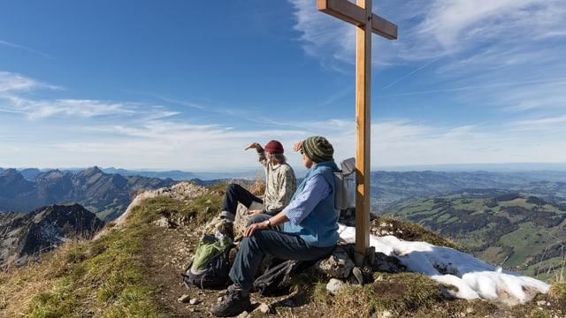 Eine Berggänger auf dem Gipfel des Lütispitz