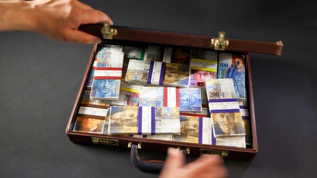 Ein Koffer voller Schweizer Banknoten.