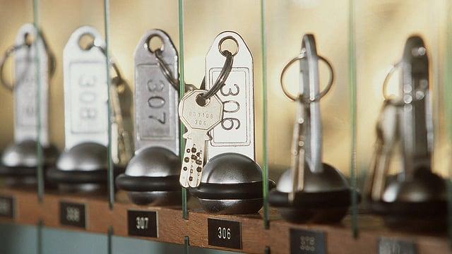Hotelschlüssel in Reih und Glied.