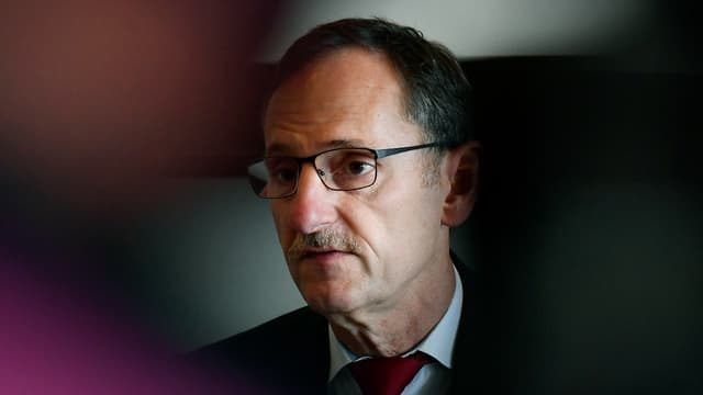 ein Mann mit Brille, Schnurrbart und Geheimratsecken.