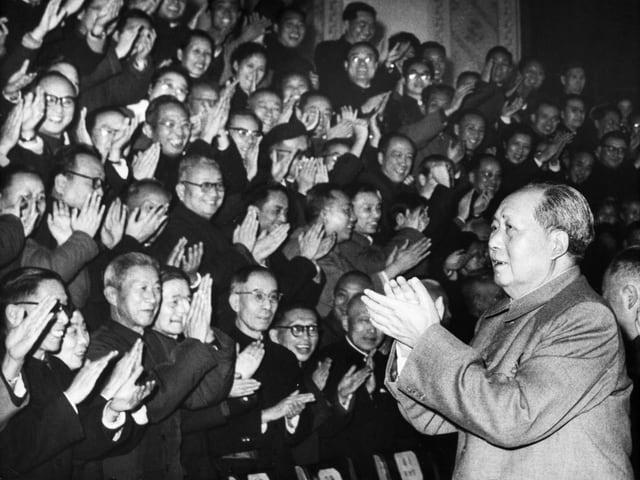 Mao lässt sich beklatschen.