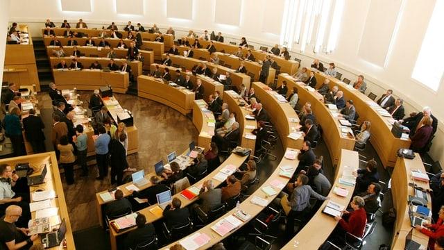 Blick von oben auf die Ränge des Aargauer Grossen Rates.