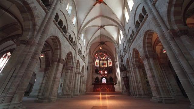 Im leeren Innern der Kirche sind keine Bänke oder Stühle.