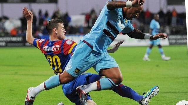 Uhrencup 2011: Basels Fabian Frei kämpft gegen Julien Faubert von Westham United um den Ball.