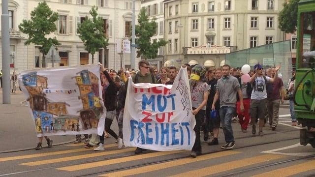 Demonstrierende mit Transparent