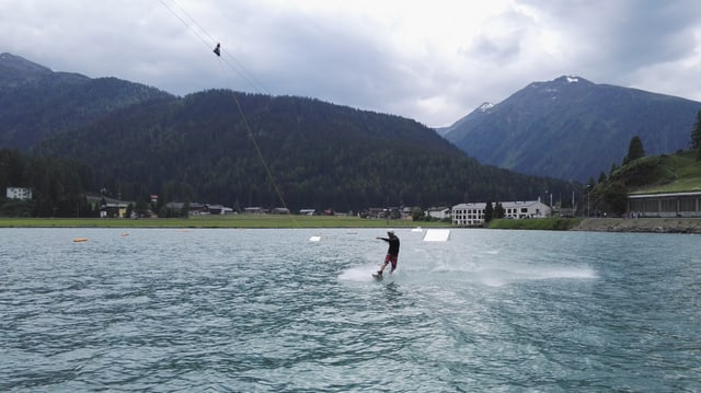 Davent dal fanadur pon ins grazia ad in runal far il wakeboarden sil Lai da Tavau.