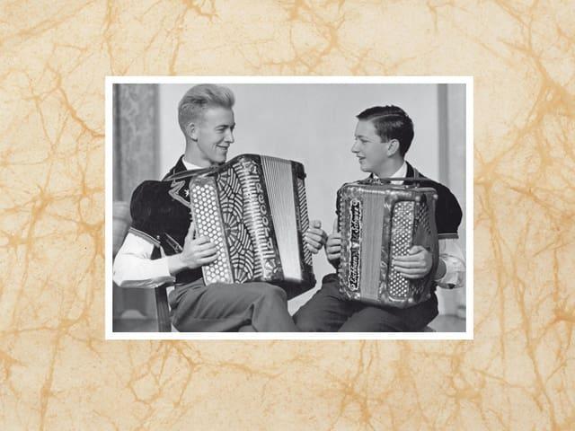 Zwei junge Akkordeonisten.
