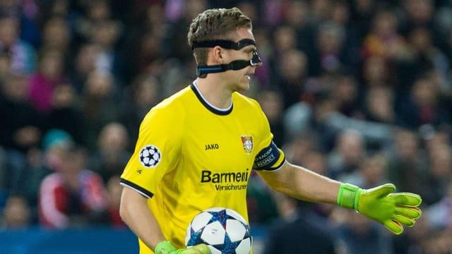 Bernd Leno spielt mit ener Gesichtsmaske.