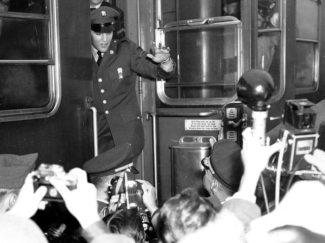 Elvis steigt aus einem Zug