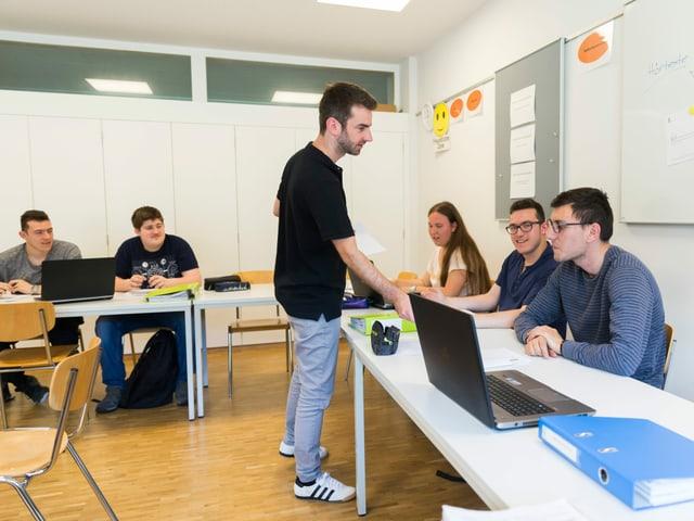 Christian Stalder (manader da la scolaziun PrA) durant ina lecziun en il center da pedagogia speziala Giuvaulta