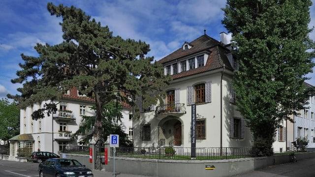 Das Gebäude des Tropen-Institutes in Basel, vorne zwei Bäume
